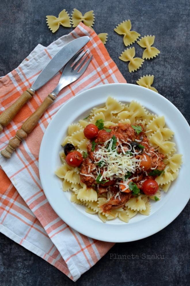 makaron z tunczykiem w sosie pomidorowym